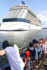"Staunende Piraten vor der ""Celebrity Eclipse"""