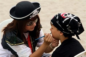 Kinderschminken beim Piratenfest