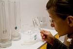 Porzellan und Schmuck in der Galerie artquarium