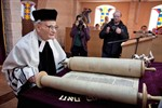 Thorarolle hält Wiedereinzug in die Rostocker Synagoge