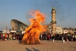 Fackelumzug und Osterfeuer 2011 in Warnemünde