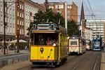 Korso historischer Straßenbahnen durch Rostock
