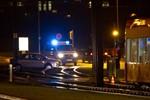 Auto bleibt auf Straßenbahnschienen stecken