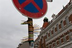 Streetart: Kabelbinder schmücken Verkehrsschild in KTV