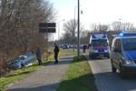 Pkw kollidiert auf der Stadtautobahn mit Lichtmast