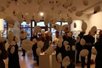 Keramikfische und Radierungen in der Galerie Möller