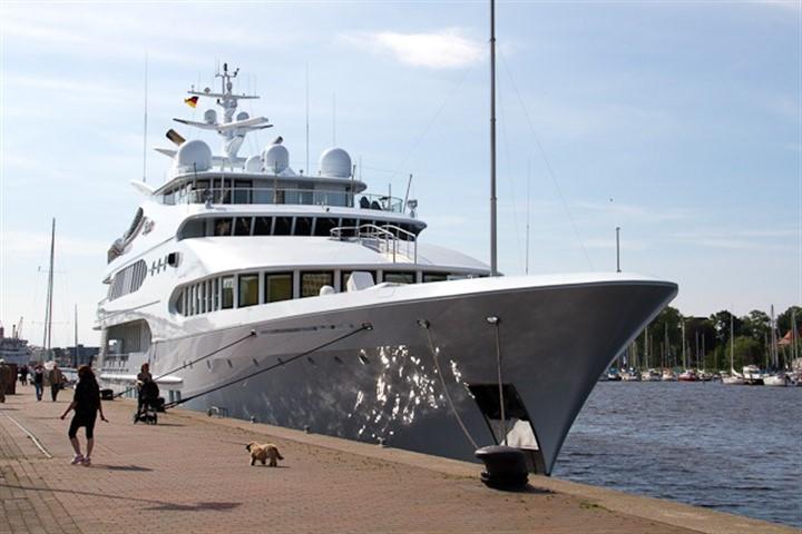 """Luxusyacht """"Samar"""" macht im Stadthafen Rostock fest"""