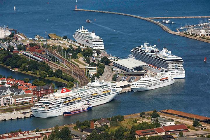Vier Kreuzfahrtschiffe auf einen Streich in Warnemünde