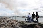 Hanse Sail 2012 - Schiffe mit Kanonenschüssen begrüßt