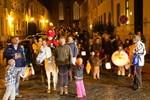 Kinder erobern mit Laternen und Taschenlampen die Nacht