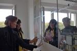 Wissenschaftlerin schmückt ihr Büro mit einem Kunstwerk