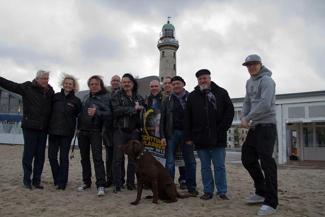 Rauschhardt, MV Event, Leuchtturmverein und Toruismusdirektor Matthias Fromm vor dem Leuchtturm in Warnemünde, der am 1. Januar 2013 in Flammen stehen soll