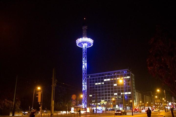 City Skyliner überragt den Rostocker Weihnachtsmarkt