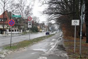 Der gesamte Weg an der Warnemünder Parkstraße ist ein Fußweg, der teilweise nur noch vorübergehend von Radfahrern genutzt werden darf