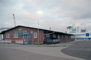 Die Kreuzschifffahrt in Warnemünde braucht mehr Platz für die Logisitik - der Zwiebelschuppen auf der Mittelmole muss weichen