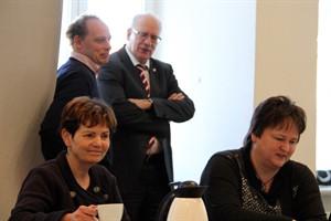 Karin Helke, Leiterin des Hauptamtes (l.) und Carmen Becke, Leiterin der Kommunalen Statistikstelle stellen die Bevölkerungsprognose 2035 für Rostock vor
