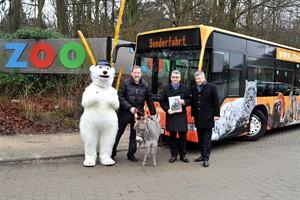 Der Zoo auf Reisen - der neue RSAG-Bus wird nicht zu übersehen sein. Zoodirektor Udo Nagel (v.li.) und die RSAG-Vorstände Michael Schroeder und Jan Bleis tauften heute den Zoo-Bus mit Zwergesel und Zoo-Maskottchen Otto Eisbär (Foto: Joachim Kloock)