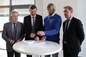 Jochen Bruhn und Oliver Brünnich (RVV) unterzeichnen mit Sven Thormann und Jens Gienapp (HC Empor Rostock) den neuen Sponsorenvertrag (v.l.n.r)
