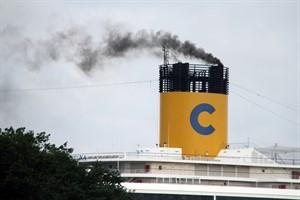 Schwarzer Rauch - Abgasfahne eines Kreuzfahrtschiffes am Passagierkai Warnemünde