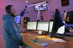 Sebastian 'Basti' Retzlaff moderiert aus dem neuen Antenne MV Studio in Rostock