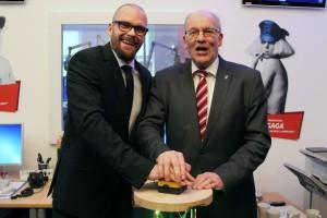 Gerrit Kohr, Programmchef von Antenne MV (l.) und Oberbürgermeister Roland Methling starten den Sendebetrieb aus Rostock