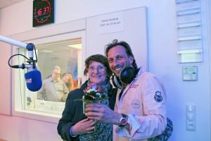 Als Stammhörerin der ersten Stunde hat Ingeburg Kriegel aus Toitenwinkel zum Sendestart von Antenne MV Blumen für Torsten 'Torte' Dück vorbeigebracht