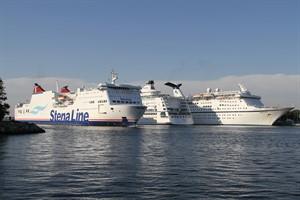 Kreuzfahrtschiffe und Fähren belasten die Luft in Warnemünde mit Abgasen