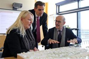 Beate Niemann (Jury-Vorsitzende), Ralf Zimlich (Wiro-Chef) und Albert Wimmer (Architekt) mit dem Siegerentwurf fürs Werftdreieck (v.l.n.r)
