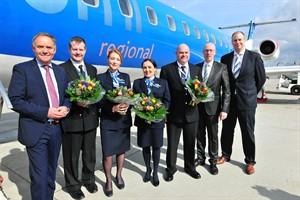 Flugverbindung Rostock-München offiziell eröffnet - Dr. Rainer Schwarz, Crew bmi regional (4 Personen), Christian Pegel, Jochen Schnadt (v.l.n.r) (Foto: Angelika Heim)