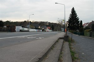 """Zu schmal und nicht mobilitätsgerecht - die Haltestelle """"Brinckmansdorf"""" in Richtung Stadt"""