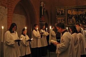 Choral-Schola der Theologischen Fakultät singt vor dem Nonnenaltar die Komplet, das alte klösterliche Nachtgebet