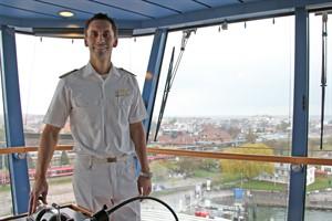 Kapitän Falk Bleckert auf der Brücke der AIDAdiva