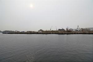 Auf dem Gelände am ehemaligen Werftbecken in Warnemünde soll ein neues Kreuzfahrtterminal entstehen