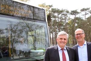 Michael Rode (links) und Irmin Stintzing freuen sich über die Bus-Anbindung ihres Strandresorts in Markgrafenheide