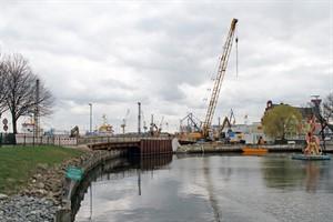 Die Neue Stromgrabenbrücke in Warnemünde wird pünktlich fertig
