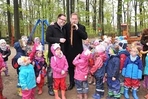 Zoodirektor Udo Nagel (rechts) und Möbel-Wikinger-Geschäftsführer Claus Ruhe Madsen gaben mit Kindern den Wikinger-Spielplatz im Rostocker Zoo frei (Foto: Joachim Kloock)