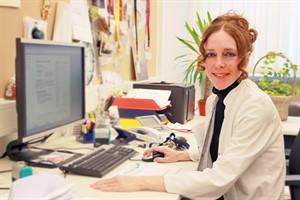 Klick genügt: Prof. Dr. Bettina Rau, stellvertretende Chefin der Allgemeinchirurgie, verschickt den ersten Arztbrief an einen niedergelassenen Kollegen (Foto: Unimedizin)