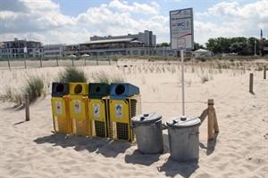 Behälter zur Mülltrennung und -entsorgung am Strand von Warnemünde (Foto: Archiv)
