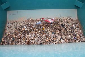 Plastikmüll, Kronkorken und Zigarettenkippen filtert das neue Strandreinigungsgerät in Warnemünde aus dem Sand