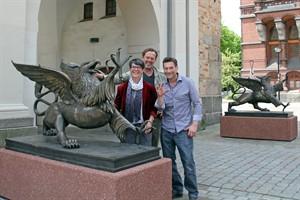 Bildhauer Ene Slawow, Stifter Karl Matthes und Kulturamtsleiterin Dr. Michaela Selling mit den Rostocker Greifen am Steintor (v.r.n.l.)