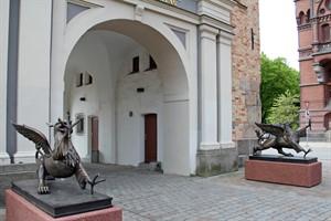Wappentier der Hansestadt: Die Rostocker Greifen vor dem Steintor