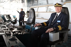 """Kapitän Hartmut Adam auf der Brücke der Scandlines-Fähre """"Berlin"""""""