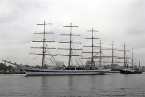 """Das Segelschulschiff """"Mir"""" in Warnemünde, im Hintergrund die """"Krusenstern"""""""