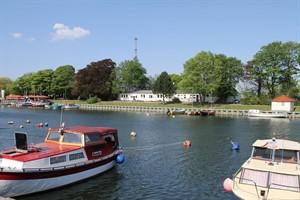 """Das Vereinsheim von Tauchsport- und Kuttersegelclub am Alten Strom in Warnemünde, rechts im Bild das historische Badehaus mit dem Tauchboot """"Koralle"""""""