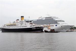 """Ex-Völkerfreundschaft-Kreuzfahrtschiff """"Astoria"""" in Warnemünde, im Hintergrund die """"Costa Favolosa"""""""