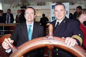 """Kapitän Arkadiusz Branka (rechts) und José Blanco, Vizepräsident von Grupo Pullmantur, am """"Steuerrad"""" des Kreuzfahrtschiffes """"Monarch"""" in Rostock"""