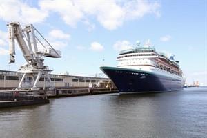 """Das Kreuzfahrtschiff """"Monarch"""" im Seehafen Rostock"""