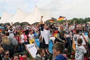 Public Viewing gibt es zur EM 2016 auch in Rostock und Warnemünde - das ganz große Open-Air-Vergnügen, wie hier bei der WM 2014 im IGA-Park, findet jedoch nicht statt