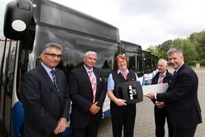 Michael Schroeder (technischer RSAG-Vorstand) übergibt den symbolischen Schlüssel für die sechs neuen Busse an Catrin Spangenberg (Teamleiterin Bus)
