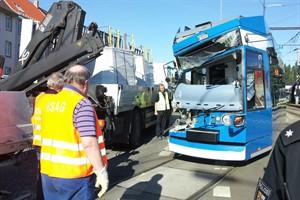 Schwerer Verkehrsunfall am Werftdreieck zwischen Straßenbahn und Lkw